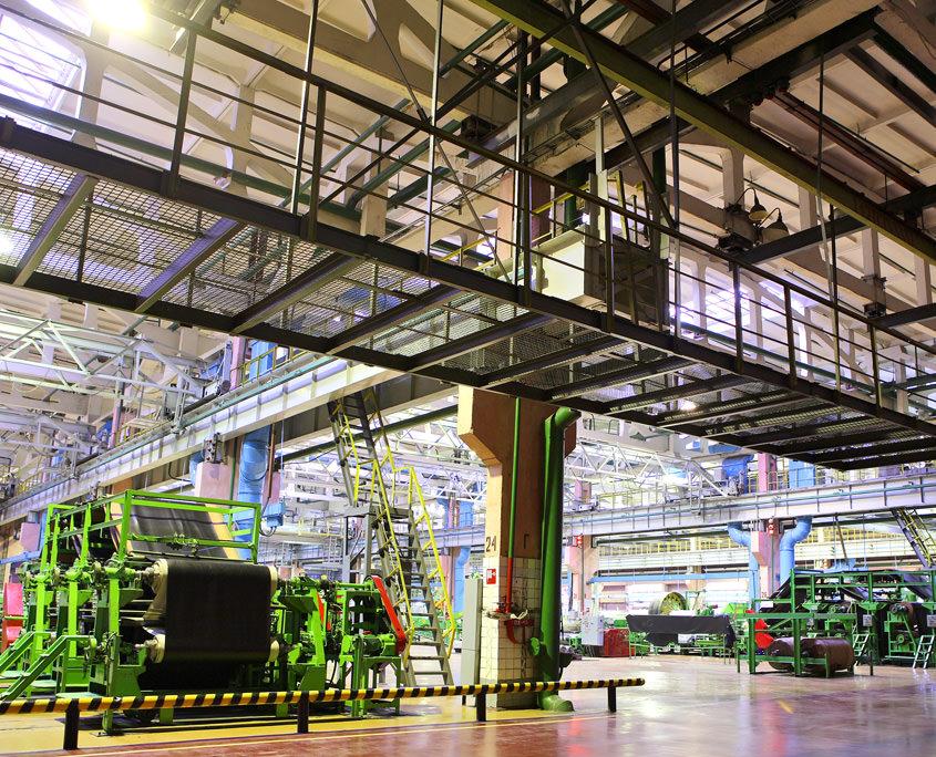 KompIexe Industrieanlage in einer Halle.
